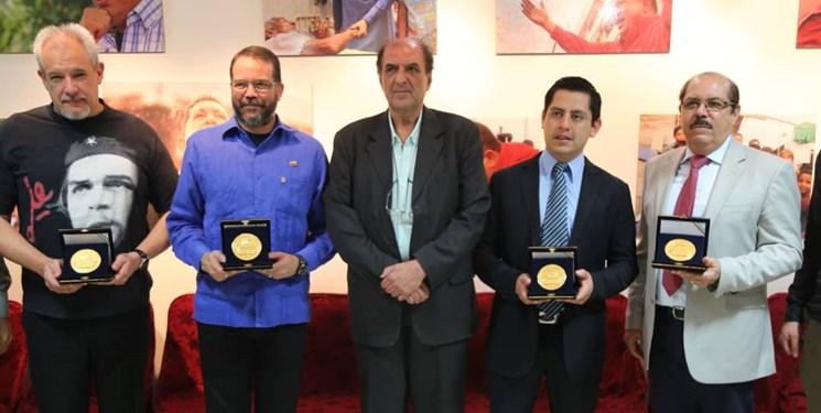 اهدای سکه منقش به طرح مسجدالاقصی به سفرای بولیوی، نیکاراگوئه، کوبا و ونزوئلا توسط دانشجویان بسیجی
