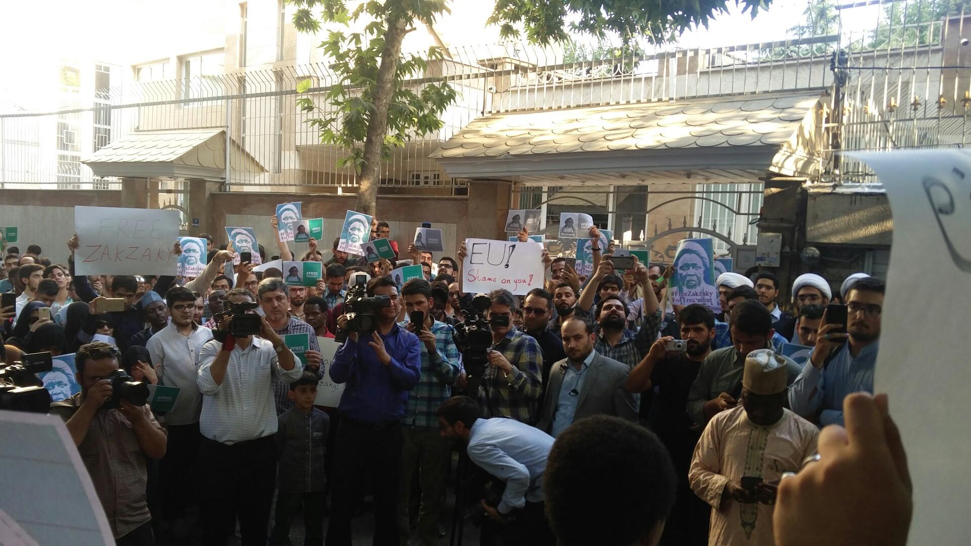 برگزار شد: اعتراض به وضعیت شیخ زکزاکی و شیعیان نیجریه در مقابل سفارت نیجریه
