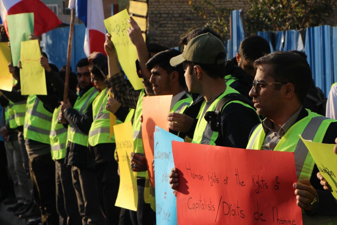اعتراض ضد سرمایه داری دانشجویان مقابل سفارت فرانسه